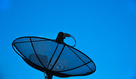 Antena parabólica con el fondo del cielo azul Foto de archivo