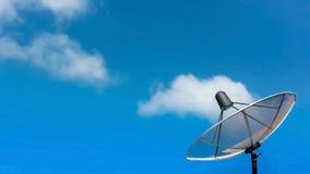 Antena parabólica con las nubes en el cielo fotografía de archivo