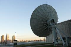 Antena parabólica das telecomunicações de United Nations imagem de stock royalty free