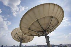 Antena parabólica dos para las telecomunicaciones Foto de archivo libre de regalías