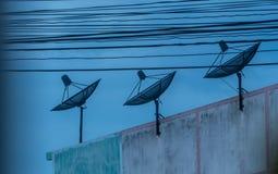 Antena parabólica e fios foto de stock