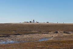Antena parabólica em Ny Alesund, Svalbard, Spitsbergen, céu azul Imagens de Stock Royalty Free