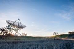 A antena parabólica em Stanford fotos de stock