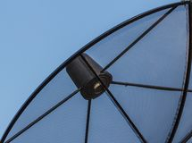 Antena parabólica em um fundo azul bonito fotos de stock