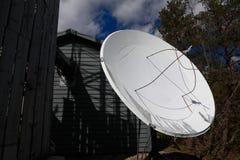Antena parabólica en bosque fotos de archivo libres de regalías