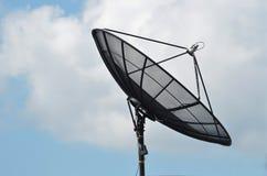 Antena parabólica en el cielo azul Fotografía de archivo