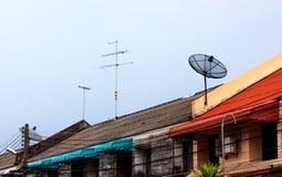 Antena parabólica en el fondo del cielo del tejado y de la nube Fotos de archivo libres de regalías