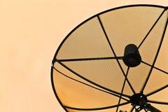 Antena parabólica en el tejado. Imagen de archivo