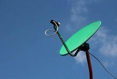 Antena parabólica en el tejado con el cielo azul Imagen de archivo