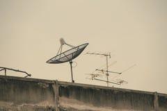 Antena parabólica en el tejado del edificio viejo Imagenes de archivo