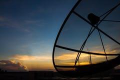 Antena parabólica en el tiempo crepuscular fotos de archivo