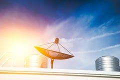 Antena parabólica en el top del tejado, tecnología de comunicación de la TV imagen de archivo