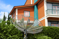Antena parabólica en la yarda Imágenes de archivo libres de regalías