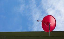 Antena parabólica en sistema digital con el cielo azul Imagen de archivo libre de regalías
