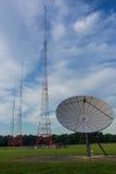 Antena parabólica grande con tres antenas Imagen de archivo libre de regalías