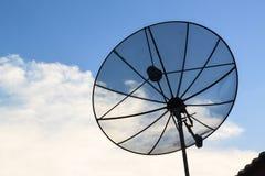Antena parabólica negra en el tejado imagenes de archivo