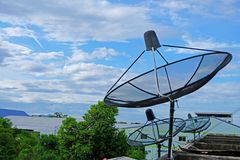 Antena parabólica negra en la construcción de un satélite imagen de archivo libre de regalías
