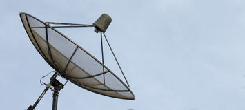 Antena parabólica no céu azul Imagens de Stock