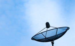 A antena parabólica no céu azul envia um sinal Fotografia de Stock Royalty Free