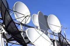 Antena parabólica no fundo do céu azul Fotos de Stock