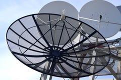 Antena parabólica no fundo do céu azul Imagem de Stock