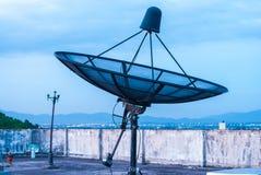 Antena parabólica no telhado Fotografia de Stock Royalty Free