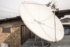 Antena parabólica no telhado, branco Foto de Stock Royalty Free