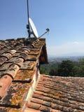 Antena parabólica no telhado de telha vermelha Imagem de Stock