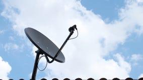 Antena parabólica preta sobre o céu, tempo-lapso de uma comunicação da antena filme