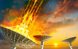 Antena parabólica que recibe la señal de datos para la comunicación Fotos de archivo