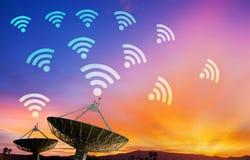 Antena parabólica que recibe la señal de datos para la comunicación foto de archivo