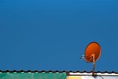 Antena parabólica roja Imagen de archivo