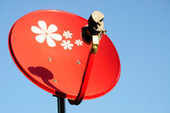 Antena parabólica vermelha pequena com céu azul fotografia de stock