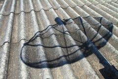 Antena parabólica da sombra no telhado Fotos de Stock Royalty Free