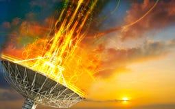 Antena parabólica que recibe la señal de datos para la comunicación Imagen de archivo libre de regalías