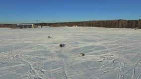 Antena, pescadores do grupo no lago congelado no inverno video estoque