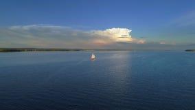 Antena: Piękny luksusowy yaht żeglowanie w morzu zbiory