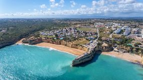 antena Piękny portugalczyk wyrzucać na brzeg Armacao De Pera, widok od nieba zdjęcie royalty free