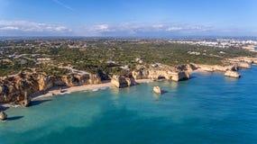 antena Piękny portugalczyk wyrzucać na brzeg Marinha, Albufeira widok od nieba fotografia stock