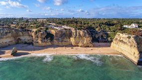 antena Piękny portugalczyk wyrzucać na brzeg Marinha, Albufeira widok od nieba zdjęcie royalty free
