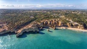 antena Piękny portugalczyk wyrzucać na brzeg Marinha, Albufeira widok od nieba obraz stock