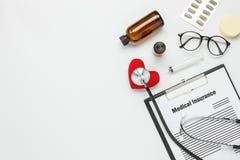 Antena plana de la endecha de las herramientas médicas y fondo del seguro de la atención sanitaria imágenes de archivo libres de regalías
