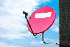 Antena plato-aérea roja vieja Fotografía de archivo libre de regalías