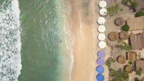 Antena: Playa hermosa de Atuh en la isla tropical Nusa Penida, Indonesia del paraíso opinión superior de la playa 4K almacen de metraje de vídeo