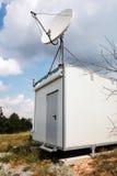 Antena por satélite blanca de la placa de la estación de observación fotos de archivo