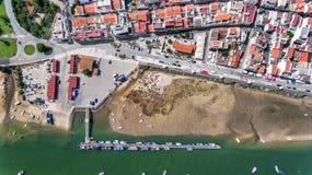 antena Port, molo połowów statki Niebo widok cabanas Zdjęcia Royalty Free