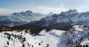 Antena posterior al valle alpino nevoso con el bosque de maderas en Cinque Torri Puesta del sol o salida del sol soleada, día sol almacen de video