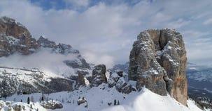 Antena posterior a través de los soportes rocosos majestuosos de Cinque Torri Día soleado con el cielo nublado Montañas del itali almacen de metraje de vídeo