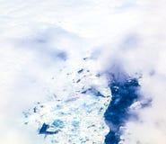 Antena prześcieradło lodowy unosić się na arktycznym oceanie obrazy royalty free