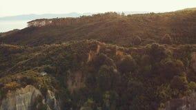 Antena, puesta del sol sobre las montañas de Nueva Zelanda almacen de video